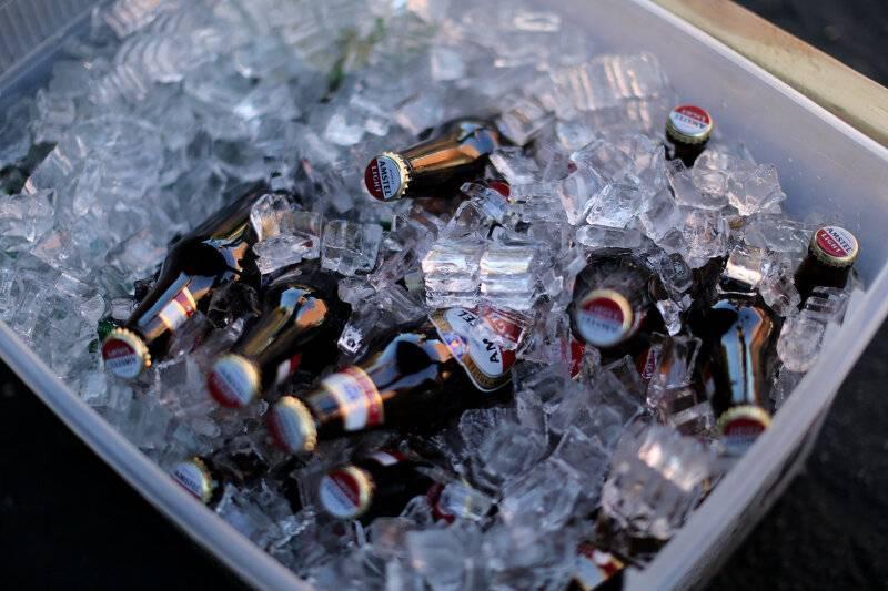 При какой температуре замерзает шампанское в морозилке и что делать, если стало льдом в бутылке, как быстро и при скольки градусах оттает, можно ли его пить?   mosspravki.ru