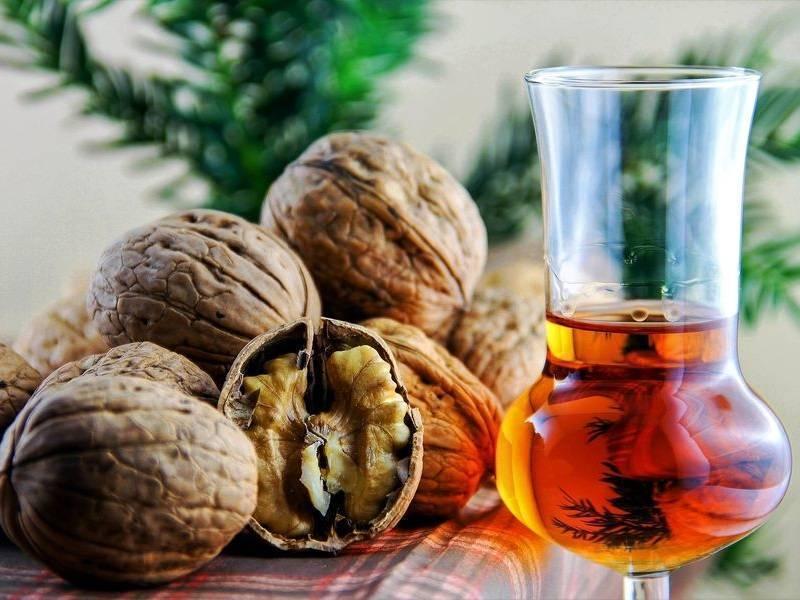 Настойка на перегородках грецкого ореха на водке: польза и вред, рецепты приготовления в домашних условиях